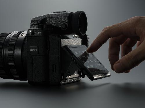 Kiểu dáng Rangefinder và màn hình cảm ứng lật linh hoạt.