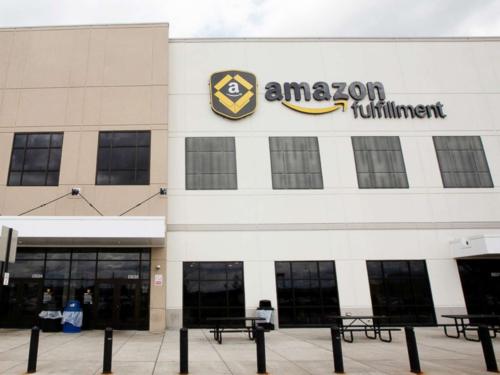 Bên ngoài cơ sở Amazon ở Robbinsville, New Jersey, Mỹ.