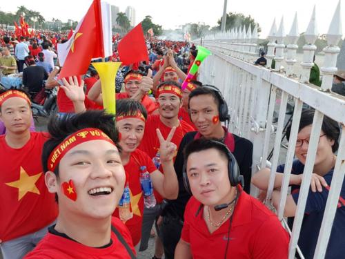 Các cổ động viên Việt Nam cũng tích cực chia sẻ hình ảnh cổ vũ đội tuyển quốc gia trên mạng xã hội. Ảnh: Facebook Hoàng Tuấn Anh.