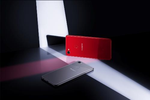 Mặt lưng sang trọng của Oppo F7 với hai màu sắc độc đáo phù hợp cá tính riêng: đỏ ánh dương và bạc ánh trăng
