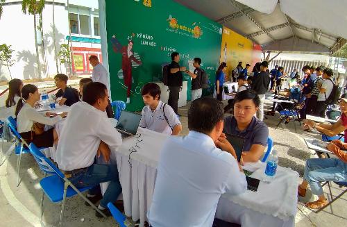 Bên cạnh những món quà công nghệ, các bạn trẻ còn được những chuyên gia kinh nghiệm tại Asus Việt Nam tư vấn hướng nghiệp, chỉnh sửa CV để tăng cơ hội tìm kiếm nghề nghiệp trong tương lai.