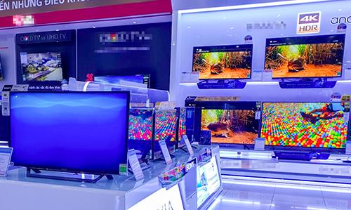 Nhiều cửa hàng điện máy trưng bày các mẫu TV kích thước lớn do nhu cầu người mua xem bóng đá tăng.