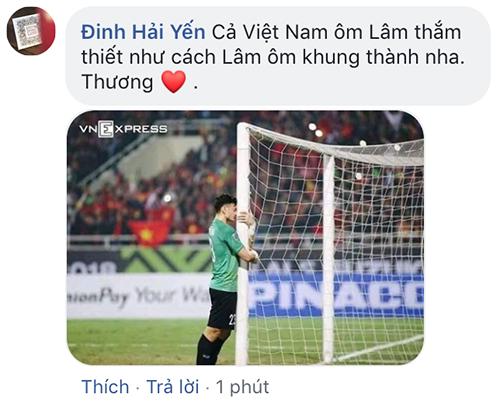 Nhiều người chia sẻ khoảnh khắc thủ thành Việt Nam ôm cột dọc và khóc.