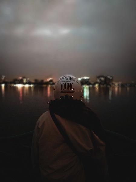Bức hình nổi bật chủ thể đằng trước như thể hiện sự cô đơn của người trẻ giữa khung cảnh trời và nước