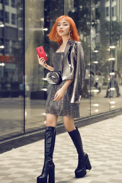 Châu Bùi chọn phong cách rock-chic phóng khoáng cho mùa lễ hội năm nay. Chiếc váy Princess Dress chất liệu ánh kim khi được kết hợp cùng áo khoác ngoài bụi bặm đã mang đến sự tương phản đầy mới mẻ, giúp người đẹp tôn vinh sự cá tính của mình. Điểm nhấn của bộ trang phục đến từ đôi hoa tai to bản, màu tóc nổi bật cùng chiếc điện thoại mang tông Vang Đỏ vừa lạ, vừa sang. Hơn 15.000 lượt yêu thích là phản hồi tích cực mà người hâm mộ dành cho phong cách này.