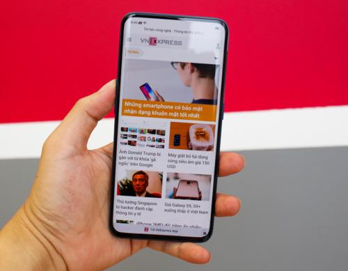 Màn hình cũng sử dụng tấm nền OLED giống iPhone X hay Galaxy S9 nhưng độ phân giải chỉ dừng ở mức Full HD+, tuy vậy, vẫn cho độ sáng và góc nhìn, màu sắc hiển thị tốt. Với mức 20,99 triệu đồng, giá của Find X tại Việt Nam rẻ hơn các thị trường khác, ở châu Âu giá máy là 999 euro (khoảng 27 triệu đồng).