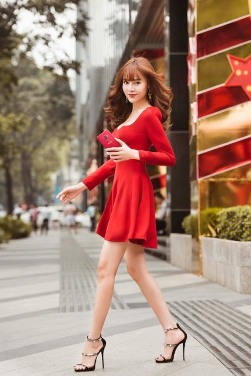 Khoảnh khắc thả dáng trên phố đông cùng trang phục và lối trang điểm bật tông vang đỏ của Ninh Dương Lan Ngọc đang nhận được sự quan tâm đặc biệt của người hâm mộ. Bức ảnh nhanh chóng thu về hơn 30.500 lượt yêu thích sau vài giờ đăng tải. Sắc vang đỏ lộng lẫy khiến thiết kế đầm ngắn cơ bản cũng trở nên kiêu sa, nổi bật. Cô ba Sài Gòn đồng thời phối trang phục với son và điện thoại cùng tông màu, mang đến diện mạo tươi tắn, đậm chất lễ hội.