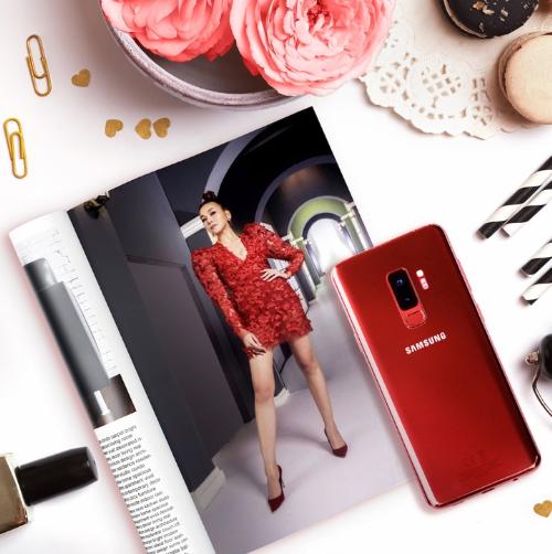 Thanh Hằng khoác lên mình một thiết kế đắt giá mang tông vang đỏ thời thượng. Điểm thú vị trong set đồ của Thanh Hằng chính là sự xuất hiện của một chiếc Galaxy S9+ vang đỏ thay thế cho những chiếc clutch cầm tay quen thuộc.   Sở hữu thiết kế kim loại và kính, tông đỏ vang nổi bật khiến chiếc điện thoại trở thành món phụ kiện thời trang sang trọng. Smartphone của siêu mẫu cũng đảm đương tốt vai trò ví tiền nhờ ứng dụng thanh toán di động Samsung Pay cùng tính năng Bixby Shopping - đưa gợi ý mua sắm thông qua hình ảnh.