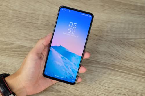 Mi Mix 3 là một trong những smartphone có viền màn hình mỏng nhất trên thị trường hiện nay khi tỉ lệ hiển thị so với diện tích mặt trước lên tới 93,4%, chỉ kém 0,4% nếu so với Oppo Find X nhưng đã vượt xa tỉ lệ xấp xỉ 84% của iPhone XS Max hay Galaxy Note9. Màn hình máy dùng tấm nền Amoled cỡ 6,4 inch nhưng có độ phân giải chỉ Full HD+, thấp hơn khi so với Note9 hay S9+ cùng kích cỡ và công nghệ.