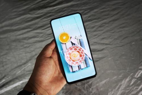 Danh sách điện thoại tràn viền bốn cạnh trong năm nay còn cómẫu di động Vivo Nex. Máy không dùng tai thỏ để đặt các cảm biến hay camera trước. Camera trước của máy được giấu kín vào bên trong thân và trồi lên gần như lập tức khi bật camera selfie, trong khi phần loa thoại sử dụng công nghệ truyền âm có tên Screen SoundCasting Technology, cho phép giấu loa xuống bên dưới màn hình. Phiên bản Vivo Nex S sử dụng cảm biến vân tay ẩndưới màn hình, trong khi Nex A tích hợp cảm biếnvân tay ở mặt lưng. Ảnh: Bảo Lâm