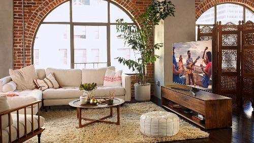 NU7500 trang bị màn hình cong, kích thước trên 55 inch, phù hợp với không gian sang trọng của nhà ở hiện đại.