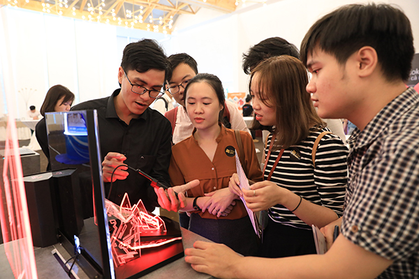 Lễ trao giải Tech Awards 2018 đổi mới trong cách tổ chức với buổiTech Talkdiễn ra trước và có thêm gian trưng bày các sản phẩm công nghệ.