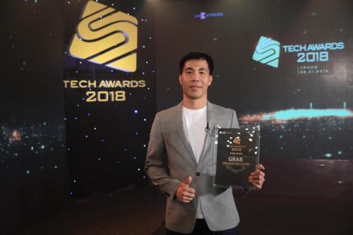 Ông Nguyễn Thành Trung - Giám đốc bộ phận GrabBike nhận kỷ niệm chương tại sự kiện Tech Awards 2018.