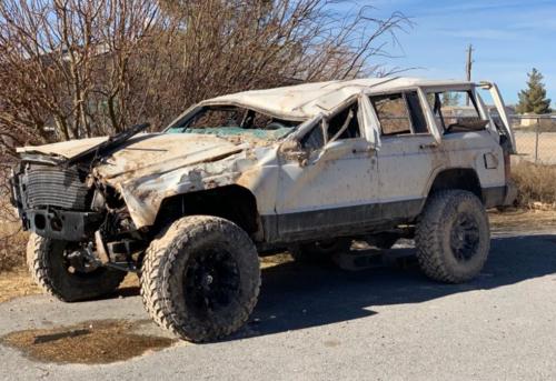 Chiếc xe jeep bẹp dúm của Felix do vụ tai nạn. Ảnh KSNV