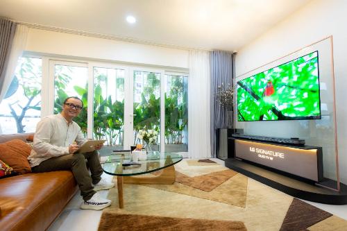 TV LG OLED W8 trong phòng khách kiến trúc sư Phạm Thanh Truyền.