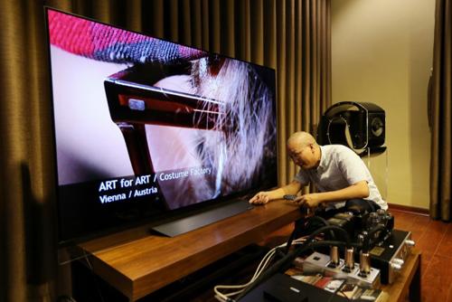 Hệ thống âm thanh đẳng cấp kết hợp với phần nhìn là chiếc TV LG OLED của audiophile Trương Vĩnh Khang.