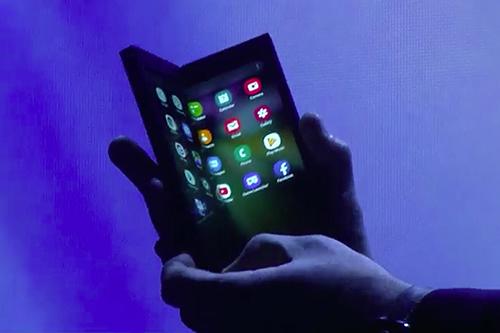 Mẫu điện thoại màn hình gập đôi được Samsung hé lộ nhưng chưa rõ thiết kế. Ảnh: Cnet.