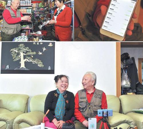 Fan Wenhao, 69 tuổi, trả tiền mua sắm qua ví điện tử trên smartphone. Ở nhà, ông cũng thường cùng vợ mình chụp ảnh selfie. Ảnh: Xinhua