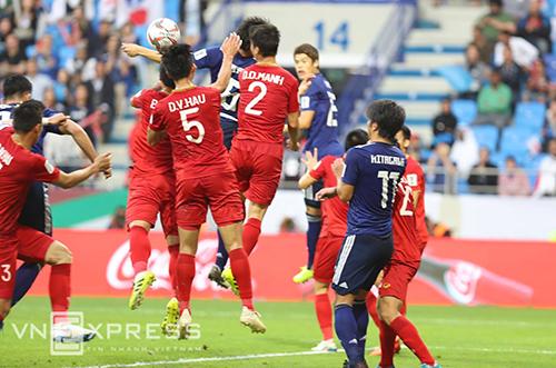 Khoảnh khắc bóng chạm tay cầu thủ Nhật Bản trước khi vào lưới Việt Nam. Ảnh: Đức Đồng.