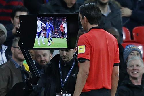 Trọng tài sử dụng VAR tại World Cup 2018. Ảnh: Yahoo.