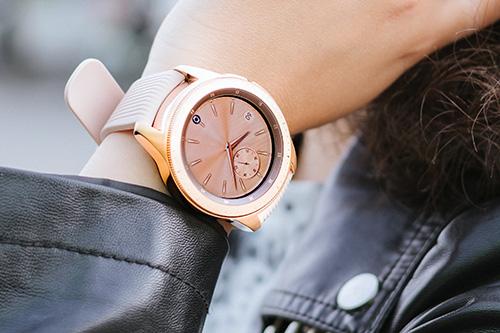 Galaxy Watch có thiết kế giống với đồng hồ truyền thống.