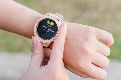 Galaxy Watch cho phép nhận cuộc gọi từ điện thoại ngay trên đồng hồ.