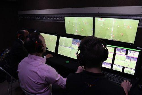 Bên trong phòng điều khiển VAR. Ảnh: FoxSportsAsia.