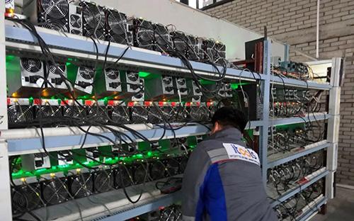 Bitcoin mất giá, thiết bị đào cũng lao đốc theo. Ảnh: Nikkei.