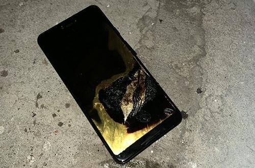 Chiếc Pixel 3 XL bị hỏng hoàn toàn sau khi cháy.