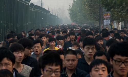 Các công nhân ở nhà máy sản xuất iPhone ở Trịnh Châu trên đường đi làm. Ảnh NYTimes