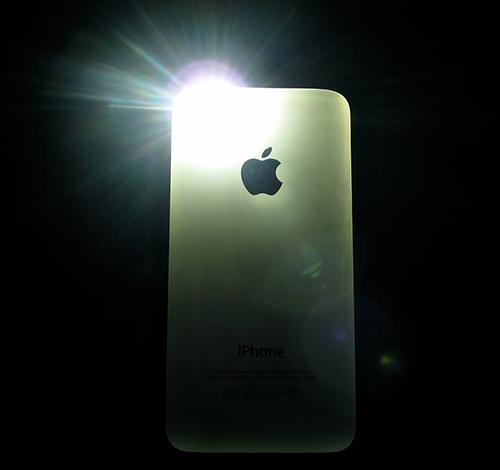 iPhone đời mới bị người dùng than phiền về việc tự bật đèn pin khi để máy trong túi. Ảnh: Mashable.