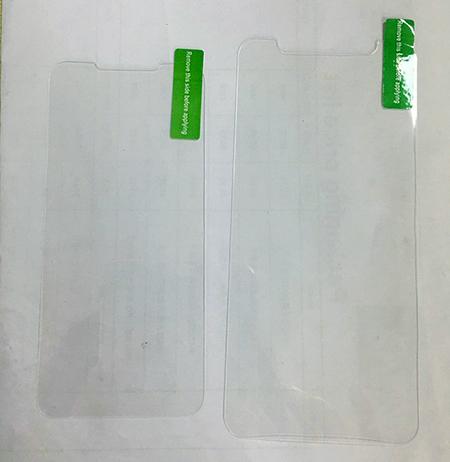 Tấm dán màn hình được cho là của iPhone SE 2 (trái) và iPhone X (phải). Ảnh: Sonny Dickson