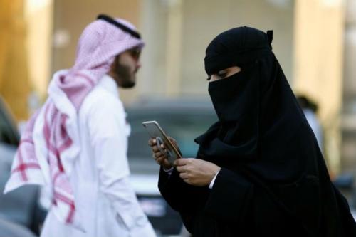 Ứng dụng Absher cho phép nam giới kiểm soát việc di chuyển, đi lại của phụ nữ ở Ả-rập Xê-út. Ảnh Reuters