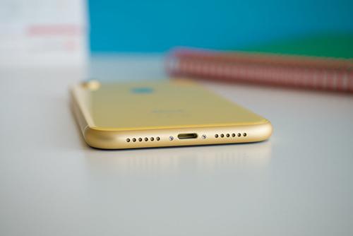 Cổng Lightning trên iPhone XR. Ảnh: Phonearena.
