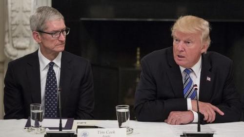 Tim Cook (bên trái) và Donald Trump (bên phải) từng gặp nhau nhiều lần. Ảnh: CNBC.