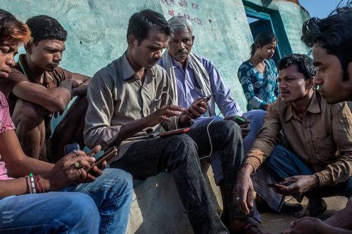 Một số người dân Ấn Độ đang truy cập Internet bằng smartphone. Ảnh: NYTimes.
