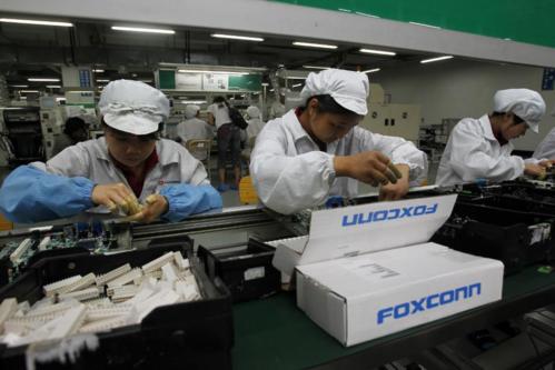 Công nhân làm việc trong dây chuyền sản xuất ở Foxconn. Ảnh AP