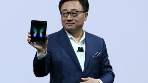 Galaxy Fold được CEO Samsung giới thiệu trên sân khấu sự kiện Unpacked.