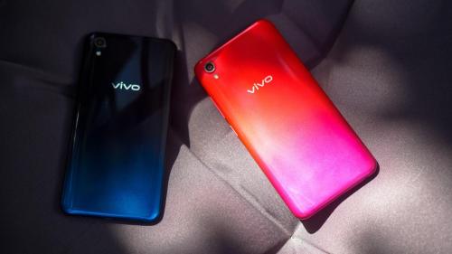 Vivo Y91C đi theo xu hướng thiết kế unibody phong cách, điểm nhấn ở gam màumạnh. Mặt lưng bóng, nổi bật với hiệu ứng màu chuyển tiếp gradient khi ra ngoài nắng.