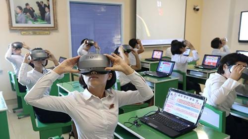 Nhiều người đang trải nghiệm kính thực tế ảo trong một văn phòng ở Bình Nhưỡng. Ảnh: BBC.
