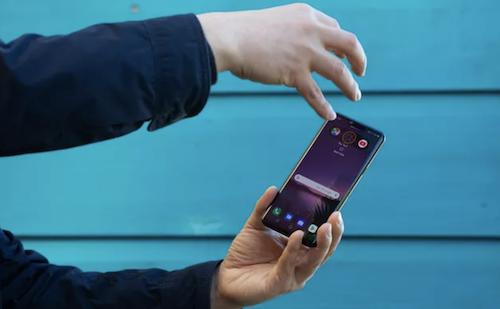 LG G8 mở khoá và điều khiển bằng cách giơ tay ra phía trước, không cần chạm vào màn hình.