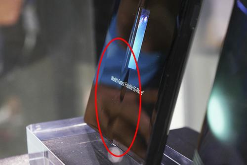 Nếp gấp xuất hiện trên Huawei Mate X. Ảnh: Phonearena.