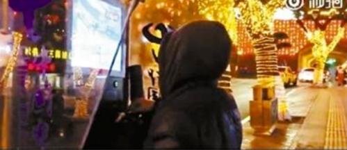 Thanh niên hack buồng điện thoại công cộng đang nổi tiếng trên mạng xã hội ở Trung Quốc.