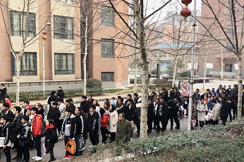 Công nhân Foxconn ở cơ sở Trịnh Châu xếp hàng dài để làm thủ tục nghỉ việc. Ảnh SCMP