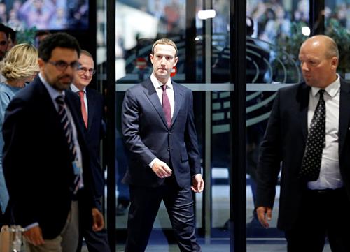Ông chủ Facebook Mark Zuckerberg luôn có đội ngũ bảo vệ 24/7.
