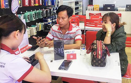 Một vị khách mua Galaxy S10+ tặng vợ ngày 8/3.