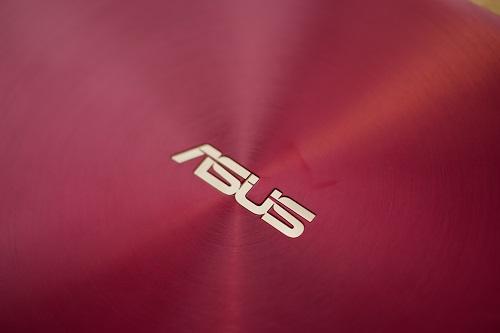 Phiên bản ZenBook 13 (UX333) màu Burgundy được Asus phân phối đặc biệt từ tháng 3 tại Việt Nam. Tông đỏ trầm tăng vẻ sang trọng, thời trang cho máy, phù hợp cho cả người dùng nam giới lẫn nữ giới. Ở phiên bản này, logo Asus nằm giữa ở mặt trước nổi bật nhờ tông đồng.