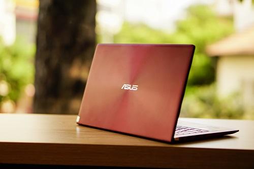 UX333 là mẫu ultrabook thuộc dòng Zenbook của Asus, hướng đến đối tượng người dùng là giới trẻ, dân văn phòng và các doanh nhân ưa chuộng laptop thiết kế mỏng nhẹ, sang trọng mà vẫn đề cao tính di động, dễ dàng mang theo khi di chuyển. Dù sở hữu màn hình 13,3 inch, nhưng thân máy nhỏ hơn khổ giấy A4, dày 16,9mm và nặng nhỉnh hơn một kg.