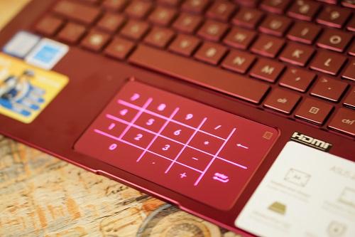 Do trang bị camera 3D Iris nên Asus loại bỏ cảm biến vân tay khỏi trackpad, thay vào đó, điểm đặc biệt trên trackpad của UX333 chính là chức năng NumberPad - thay thế bàn phím số. Giữ phím chức năng trên góc trái của bàn di trong vòng một giây, người dùng sẽ kích hoạt bàn phím số.