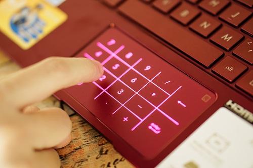 Đèn nền ẩn sẽ bật lên giúp người dùng thao tác chính xác. Khi mới mua máy, hãng tích hợp một miếng dán trong suốt nhằm giúp người dùng làm quen với chức năng này.  Về cấu hình, máy trang bị vi xử lý Intel Core i7 hoặc i5 thế hệ 8 mới nhất, RAM 8GB, bộ nhớ SSD 512GB. Máy bán tại Việt Nam với giá từ 22,9 triệu đồng tùy phiên bản.